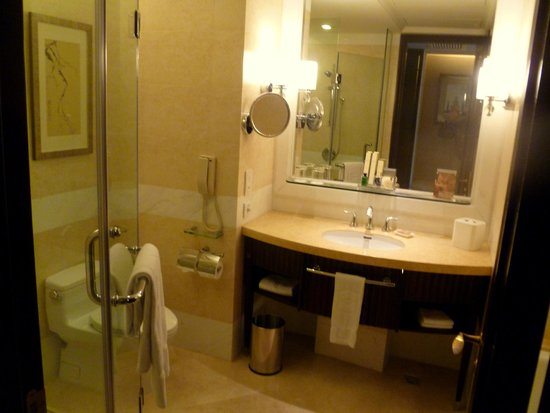 Shangri-La Hotel Guilin: Well appointed bathroom
