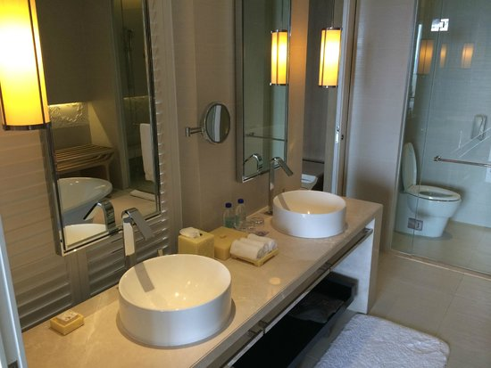 Renaissance Sanya Resort & Spa: Bathroom in suite