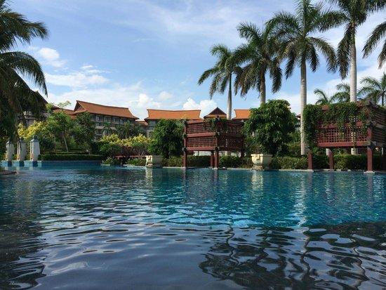 Renaissance Sanya Resort & Spa: Pool at 10:00 am!