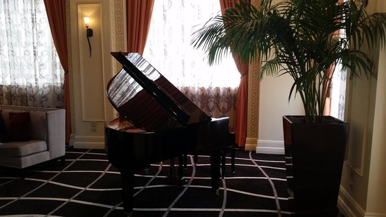 Madison Hotel: Piano at front desk