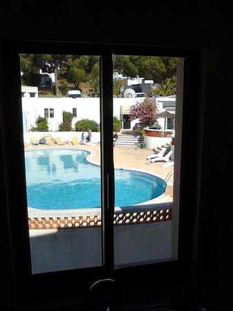 Prado do Golf: Poolblick vor dem Küchenfenster
