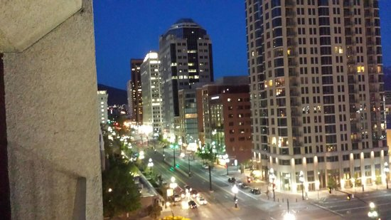 Salt Lake Plaza Hotel: SLC at night from our room.