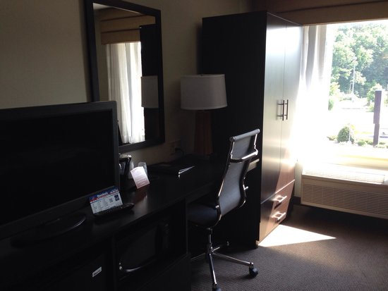 Sleep Inn Staunton: Closets and desk with flat screen tv.
