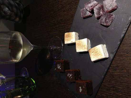 Stanwell House Hotel: Petit fours