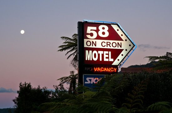 58 On Cron Motel: Road sign