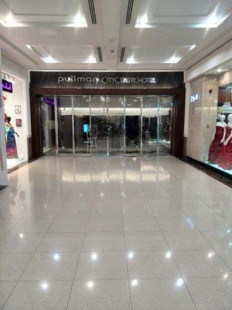 Pullman Dubai Creek City Centre : Entrance from inside the mall