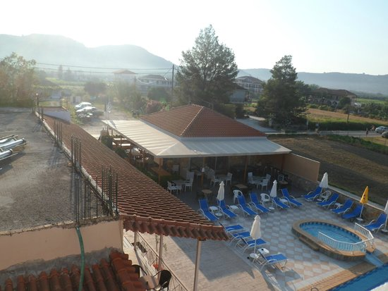 Plessas Palace Hotel: View from balcony of Nikos Place - snack bar area