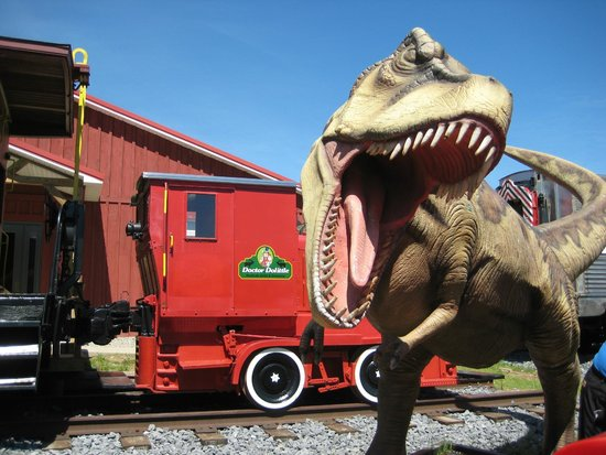 Roadside Cafe & Creamery: Dinosaur statue and caboose