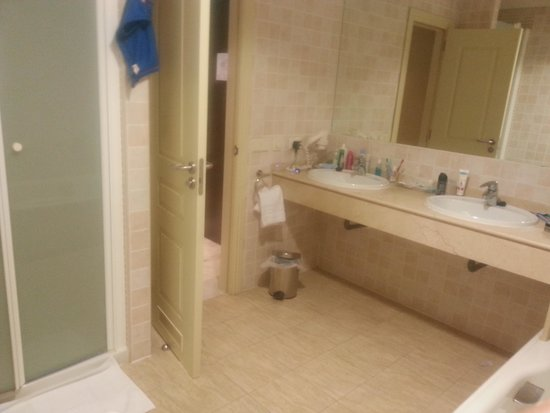 Holiday Palace: large bathroom