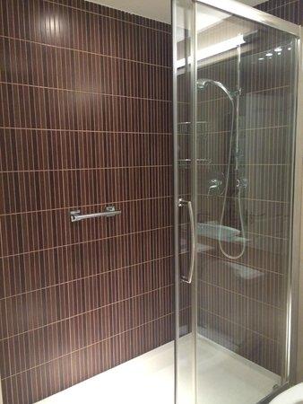 Kensington Aparthotel: Baño