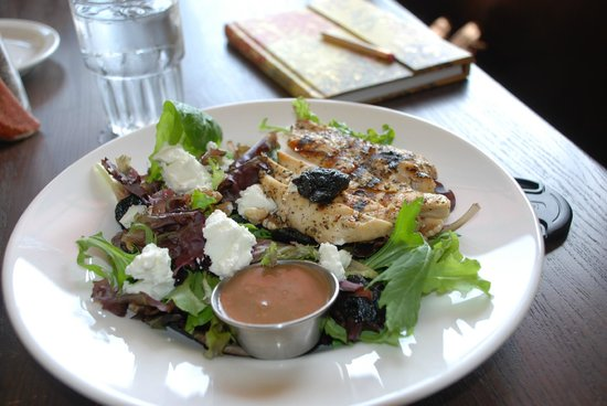 Crooked Spoon Cafe: OMG salad with goat cheese and cherries with yummy vinaigrette