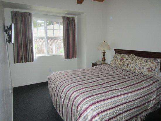 Bide-A-Wee-Inn & Cottages : bedroom