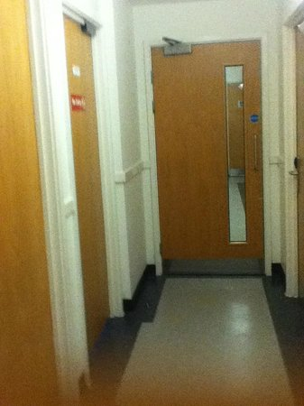 YHA London Central: Hallway leading to the rooms