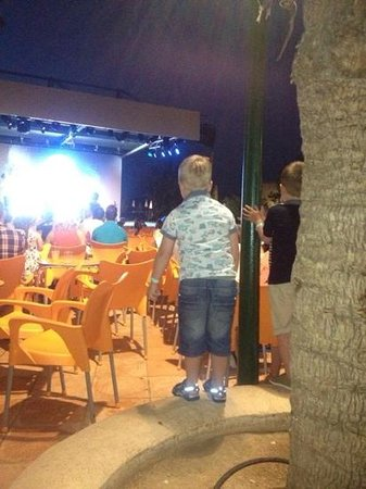 Sirenis Seaview Country Club: kids enjoying the entertainment- chairs galore!