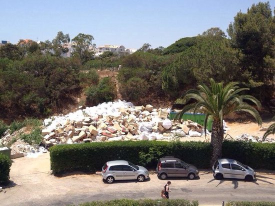 Muthu Clube Praia da Oura: The view of the rubbish from 809