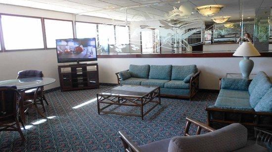 Shilo Inns Ocean Shores: Lobby with big TV.