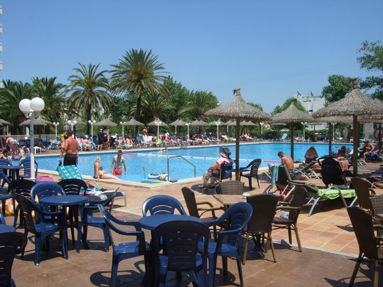 FERGUS Style Pollensa Park SPA: Large pool and sun beds to spare.