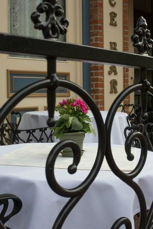 The Horton Grand Hotel: Outdoor dining at the Palace Bar