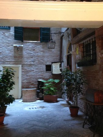 Hotel San Samuele: Entry Courtyard