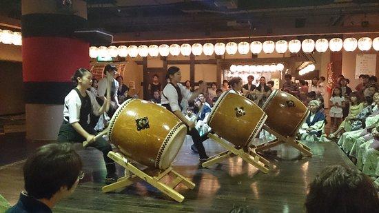 Hotel Mori no Kaze Ousyuku: 授業員の太鼓ショー