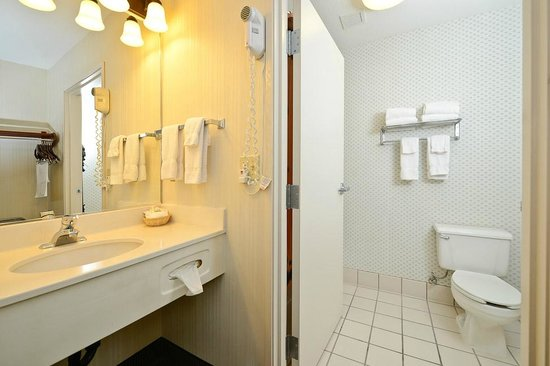 ClubHouse Inn West Yellowstone: Bathroom area