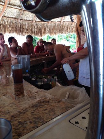 All Ritmo Cancun Resort & Waterpark : Huésped ayudando al cantinero a lavar vasos.