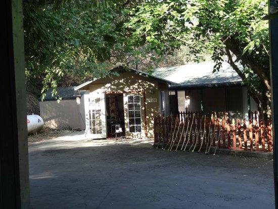 The River Inn & Cabins: La oficina de recepción