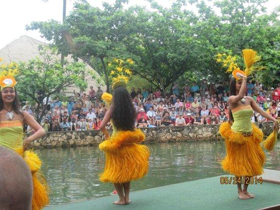 Polynesian Cultural Center: Canoe Parade - Tahiti