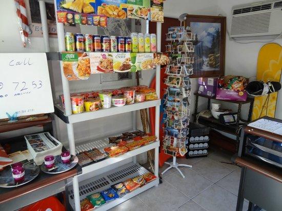 The River Inn & Cabins: La oficina con algo que venden por si tienes hambre