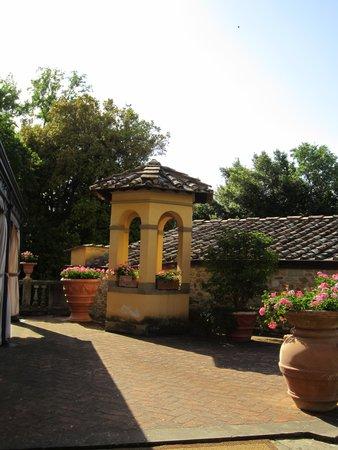 Badia Di Campoleone: Garden near the hotel