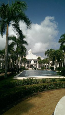 Hotel Riu Palace Punta Cana : Looking toward the main portion of the hotel and the outdoor dining areas