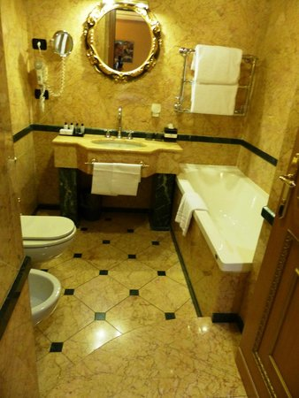 River Palace Hotel: the step DOWN into the bathroom