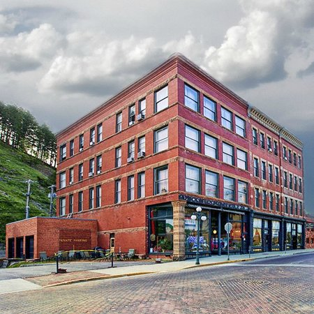 Deadwood Dick's Hotel with lots of big parking spaces