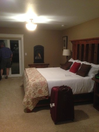 Chehalem Ridge Bed and Breakfast : The king-sized bed, with the gas fireplace on the far wall, and the door out to the private balc