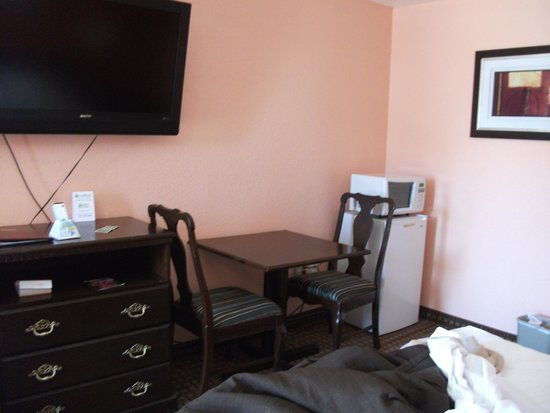 Econo Lodge: room