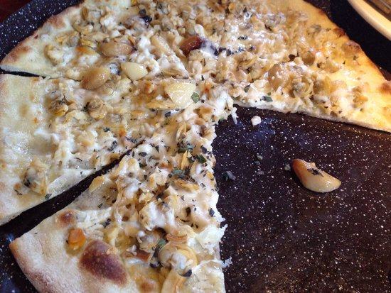 Lucky Bones: Clam boat pizza