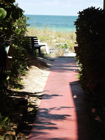 Colonial Court Inn: Short walkway from the front units to the gulf.