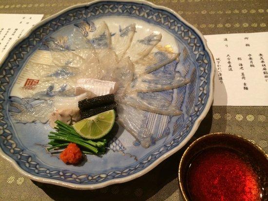 Japanese Cuisine Shimonoseki Shunpanro Tokyo: 城下かれいの薄造りも、絶品。ふくはいつでも食べられるのですが、これは旬に。貴重な、体験です