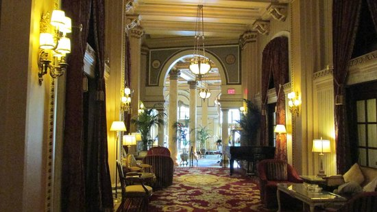 Willard InterContinental Washington: Hall into lobby