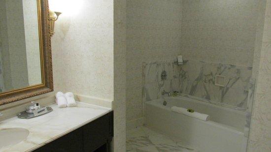 Willard InterContinental Washington: Rm 915 tub and sink