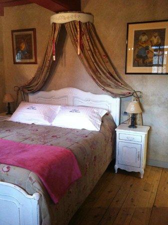 Le Manoir Sainte Victoire: Monogrammed linens
