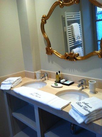 Le Manoir Sainte Victoire: Dual sinks towel heater
