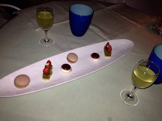 Ristorante La Sponda: mini desserts and limoncello