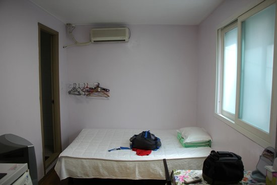 Seoul Tower Ville: 2nd floor room from door