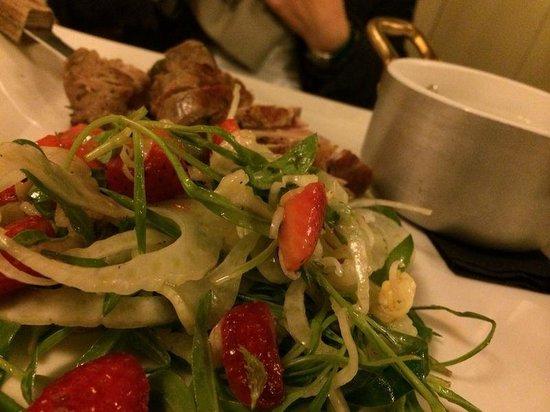 Osteria la Subida: filetto di maiale polenta e insalatina con fragole