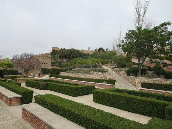 Conjunto Monumental de La Alcazaba: Jardines y fuentes en el interior