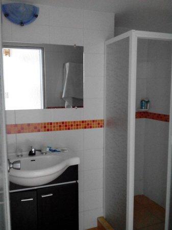 Hotel Tiuna: Baño en perfectas condiciones y limpio.