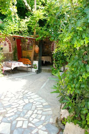 Barim Pension : breakfast courtyard