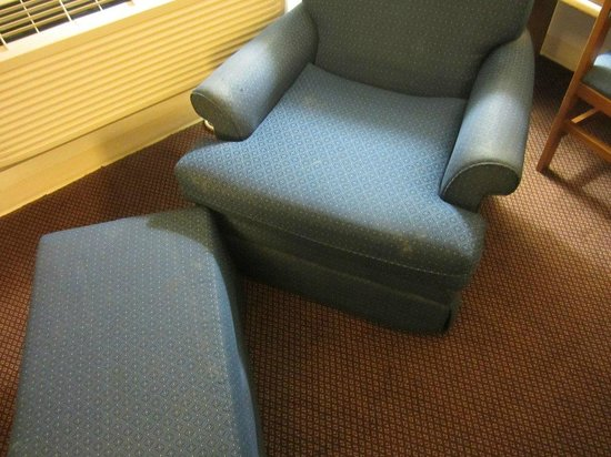 Super 8 Ankeny/Des Moines Area: Mud and filth on the chair (plus it is VERY worn out)