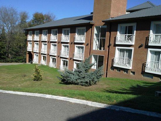 Howard Johnson Hotel & Spa Villa General Belgrano: vista del hotel desde estacionamiento